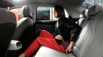 model_avante_cn7_design_inspiration_full_option_modern_grey_back_seat_woman
